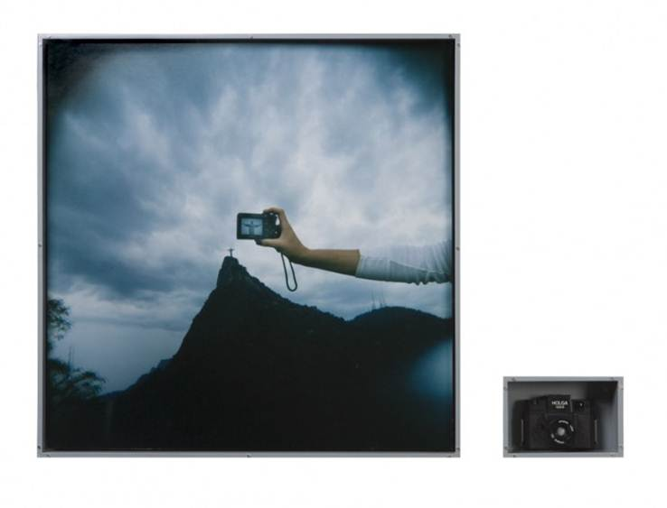 Rosângela Renno, A Última Foto (The Last Photo), 2006: Eduardo Brandão, Holga 120. Diptych: color photograph and photographic camera (Holga 120S) 78 x 78 x 9.5cm (photo); 14.8 x. 21.9 x 10cm (camera). Coleção Jorge Mora, New York. © 2006, Rosângela Renno