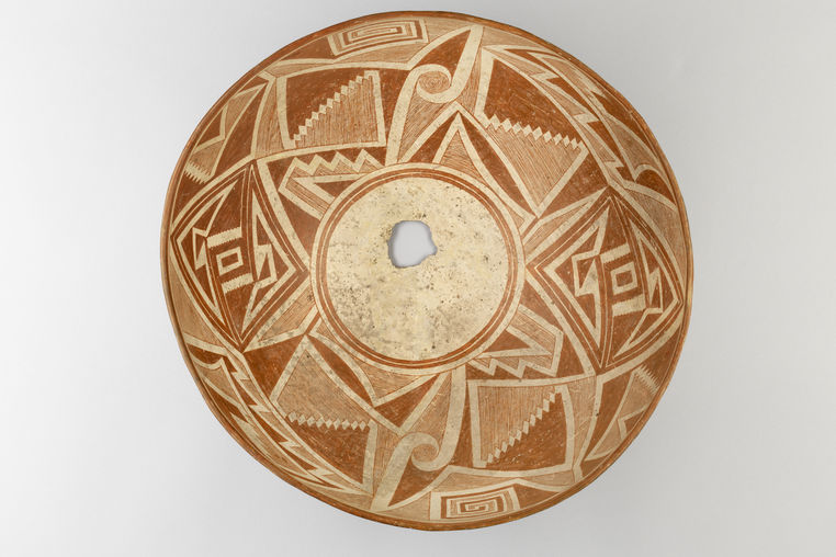 Mimbres. Large bowl with complex geometric design